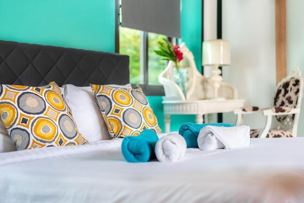 Design de interiores no quarto da piscina villa com cama Foto Premium