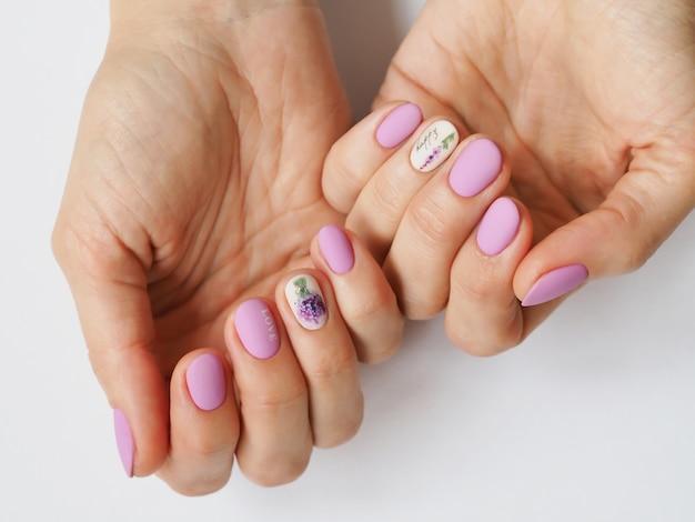 Design elegante manicure lilás na sua mão. Foto Premium