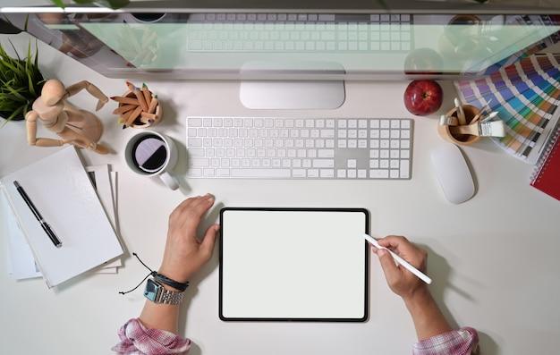 Design gráfico de vista superior, trabalhando com tablet de desenho e desktop pomputer no local de trabalho do artista Foto Premium