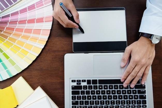 Design gráfico e amostras de cores e canetas em uma mesa. desenho arquitetônico com ferramentas de trabalho e acessórios. Foto Premium