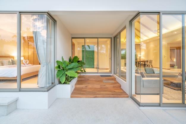 Design interior e exterior da piscina villa com sala de estar e quarto em casa ou construção de casas Foto Premium