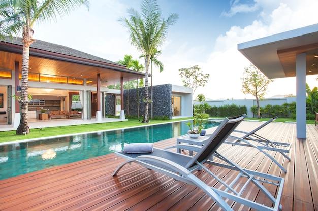 Design interior e exterior da villa com piscina e área de estar Foto Premium