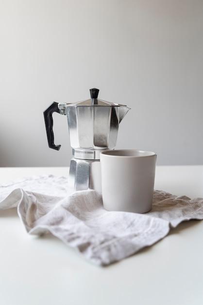 Design moderno de máquina de café e copo Foto gratuita