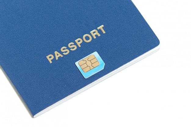 Design plano de passaporte com o ícone de chip deitado no branco com espaço de cópia para o seu texto. identificação de passaporte biométrico para viajar. chip de identificação eletrônica. Foto gratuita