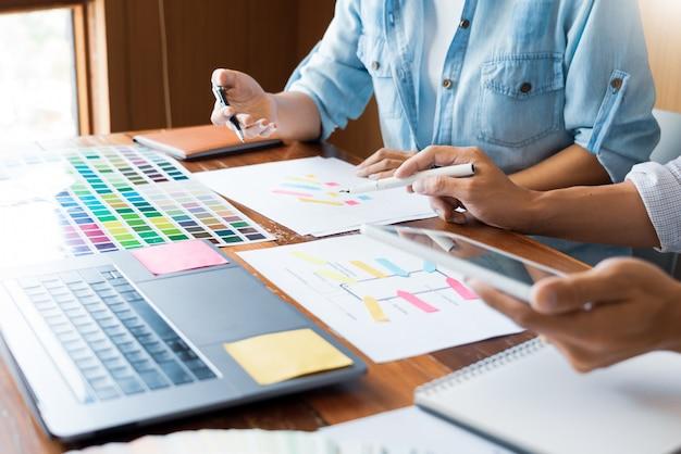 Designer de equipe criativa escolhendo amostras Foto Premium