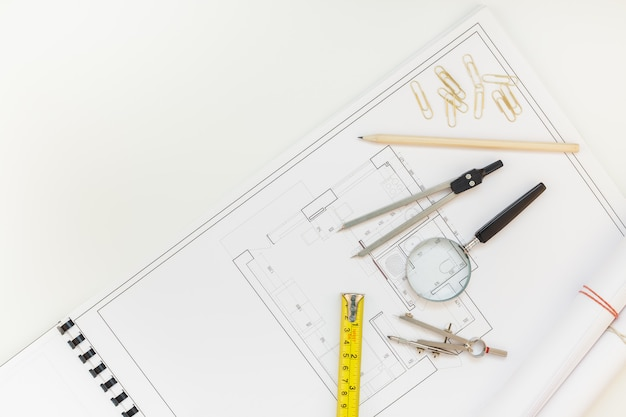 Designer de interiores mesa de trabalho com plano de casa Foto Premium