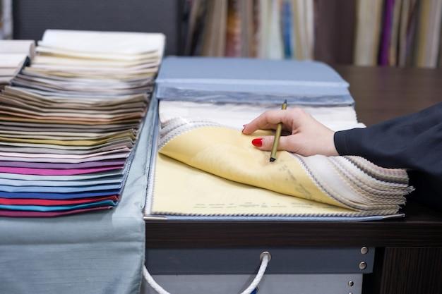 Designer de interiores mostra amostras de tecidos interiores Foto Premium
