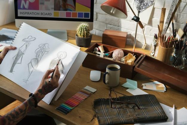 Designer de moda de desenho, trabalhando em um estúdio Foto Premium