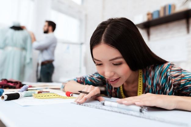 Designer de moda desenho com régua om papel. Foto Premium