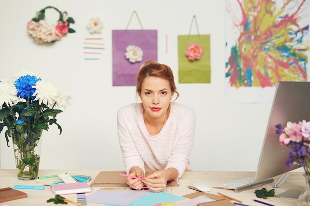 Designer de moda em estúdio moderno Foto gratuita