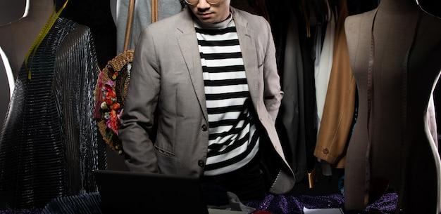 Designer de moda homem terno cinza verifica a ordem de venda Foto Premium