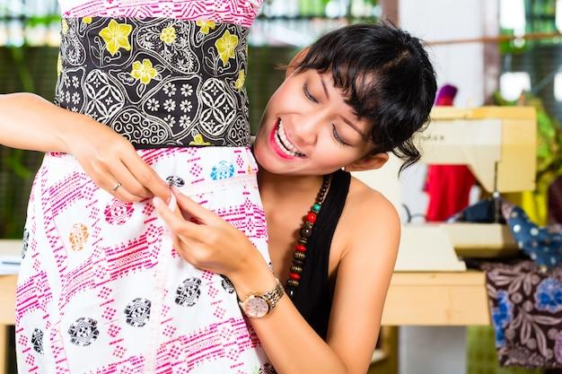 Designer de moda, trabalhando em casa Foto Premium