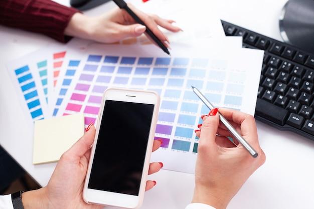 Designer de mulher trabalhando no computador no escritório no computador desktop moderno Foto Premium