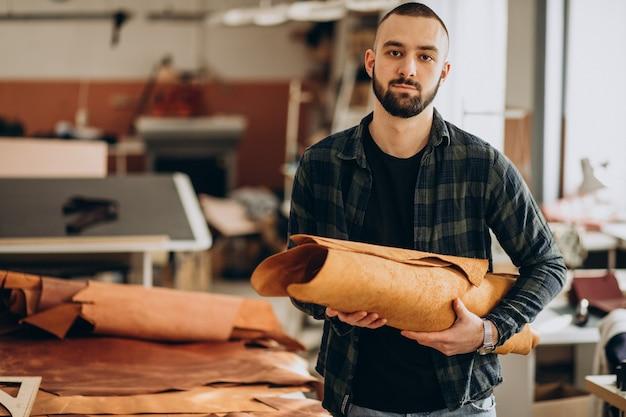 Designer e alfaiate de couro trabalhando em uma fábrica Foto gratuita