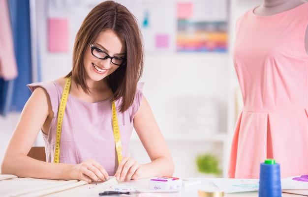 Designer feminino confiante em óculos, trabalhando em seu estúdio. Foto Premium
