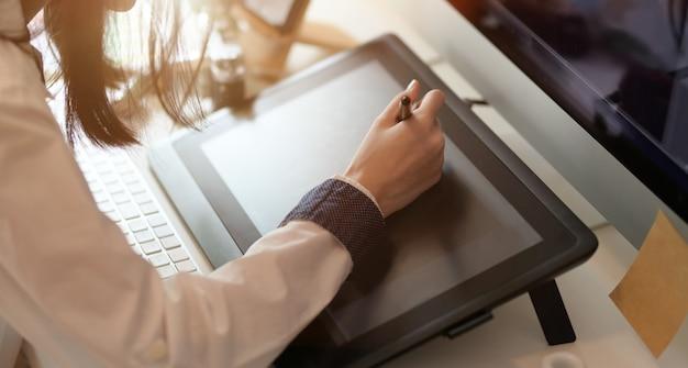 Designer gráfico editando seu projeto Foto Premium