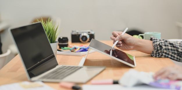 Designer gráfico, escrevendo seus conceitos de idéia no tablet Foto Premium