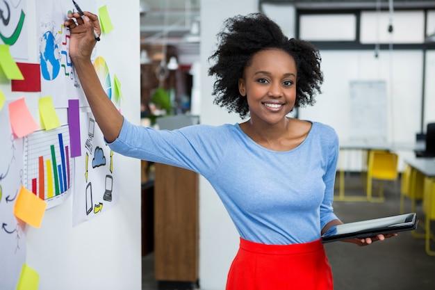 Designer gráfico feminino fazendo apresentação em escritório criativo Foto Premium