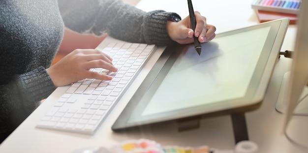 Designer gráfico no trabalho Foto Premium