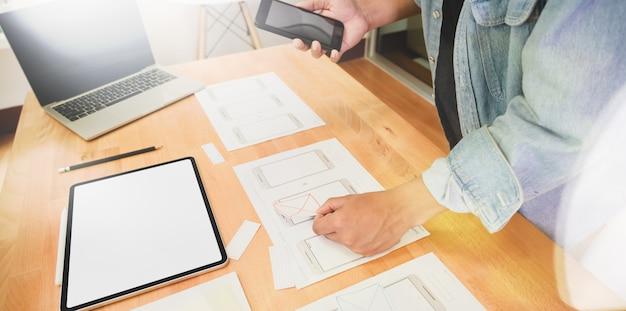 Designer gráfico ux ui desenhando e planejando aplicação Foto Premium