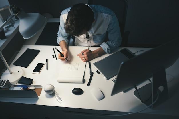 Designer no trabalho no escritório Foto gratuita