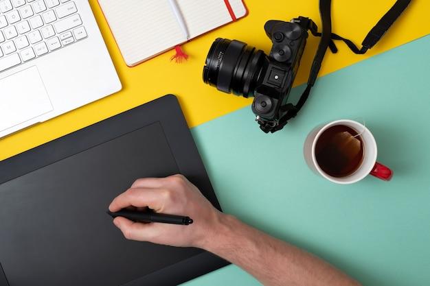 Designer usando tablet gráfico em trabalho digital e edição de fotos Foto Premium