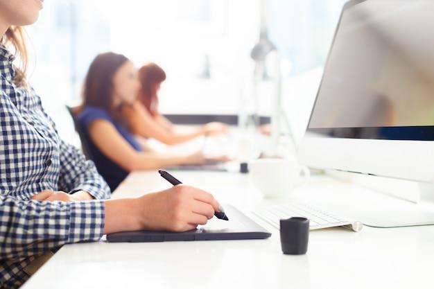 Designer usando tablet gráfico no escritório Foto Premium