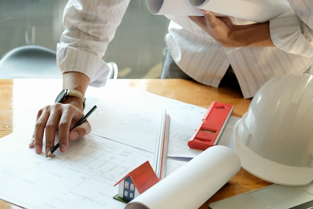 Designers estão projetando casas. casas modelo e plantas da casa na mesa. Foto Premium