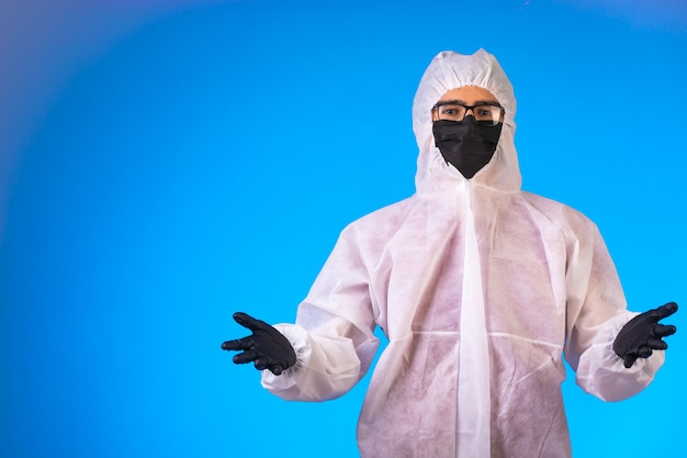 Desinfetante em uniforme preventivo especial abre as mãos em uma posição questionável. Foto gratuita