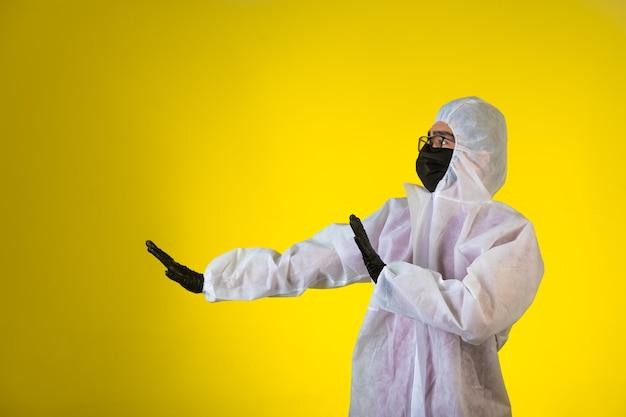 Desinfetante em uniforme preventivo especial e máscaras evita o perigo vindo do lado esquerdo Foto gratuita