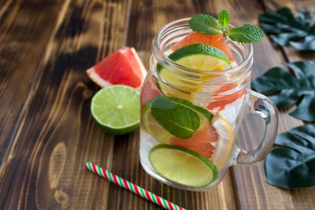 Desintoxicar ou infundir água com toranja e limão Foto Premium