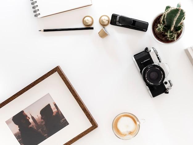Desktop com câmera fotográfica Foto gratuita