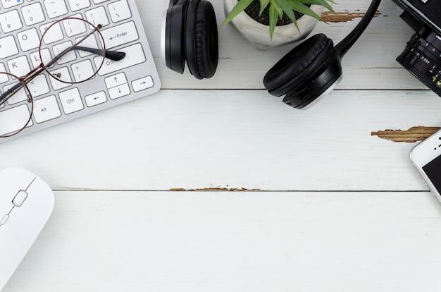 Desktop com computador e fones de ouvido Foto gratuita