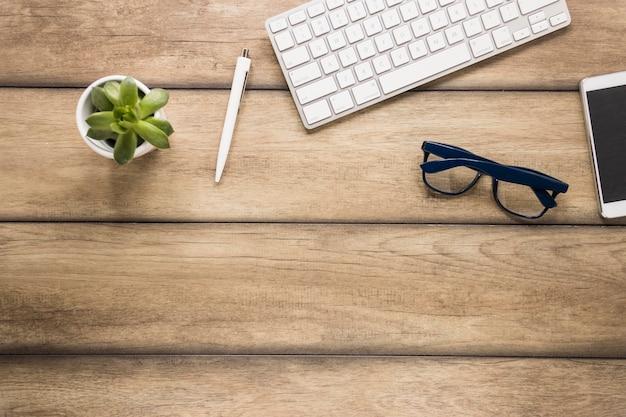 Desktop com teclado e smartphone Foto gratuita