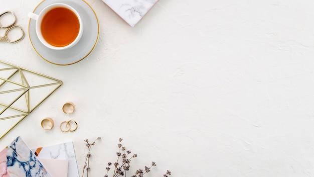 Desktop com xícara de chá Foto gratuita