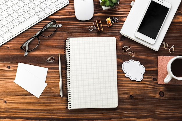 Desktop de negócios com elementos de escritório Foto gratuita