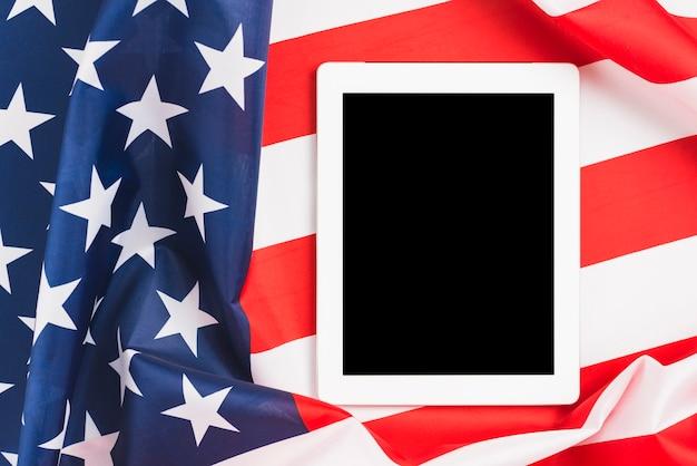Desligou o tablet na bandeira dos eua Foto gratuita