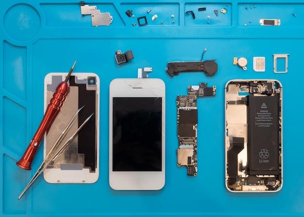 Desmontando o smartphone quebrado para reparo Foto Premium