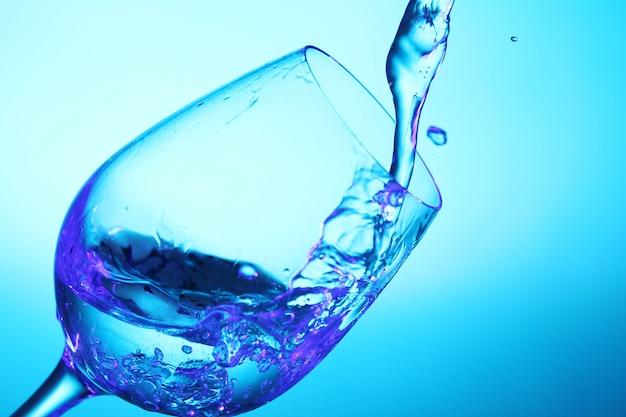 Despejando líquido no copo Foto gratuita