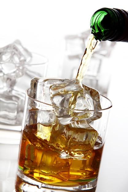 Despejando uísque no copo Foto gratuita