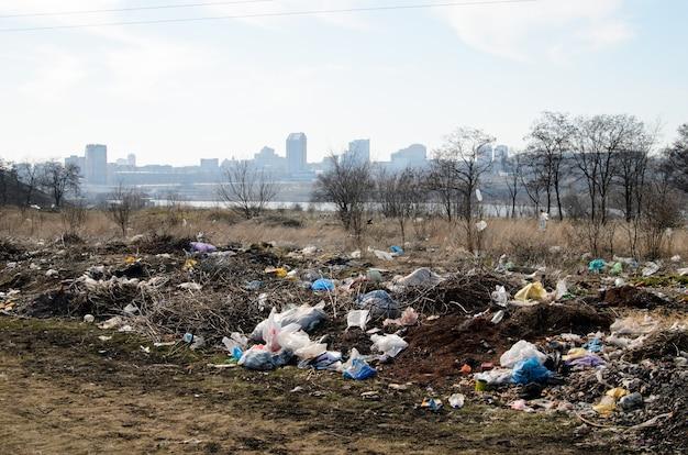Despejo. poluição ambiental. Foto Premium