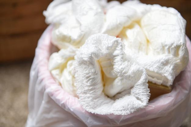 Desperdícios de fraldas, fraldas sujas em um balde de lixo descarte de fraldas usadas para bebês Foto Premium
