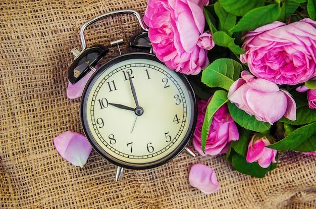 Despertador 10 horas. flores. foco seletivo. Foto Premium