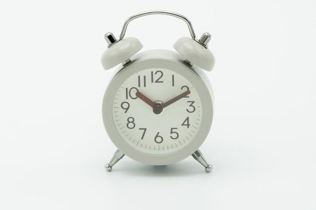 Despertador branco vintage no fundo branco Foto Premium