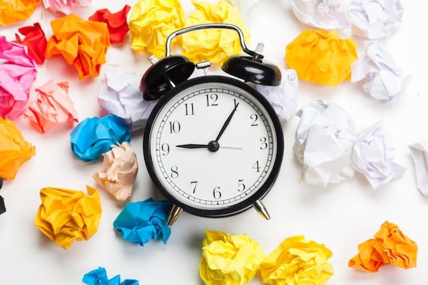 Despertador com bolas de papel amassado Foto Premium