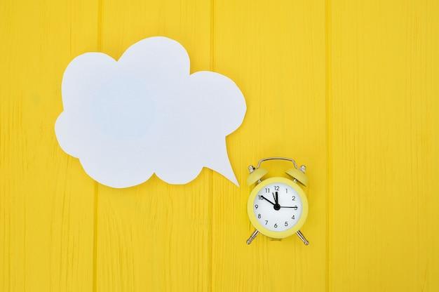 Despertador com bolha do discurso. demorado em comunicação Foto Premium