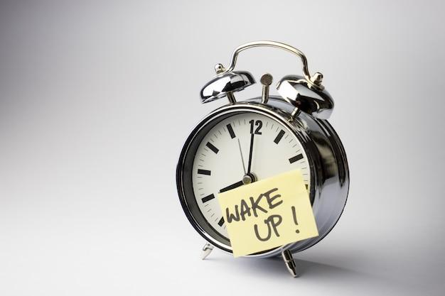 Despertador com nota de papel colante em branco Foto Premium
