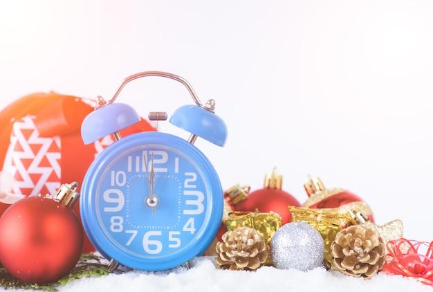 Despertador, decoração do natal e fundo da caixa de presente. Foto Premium