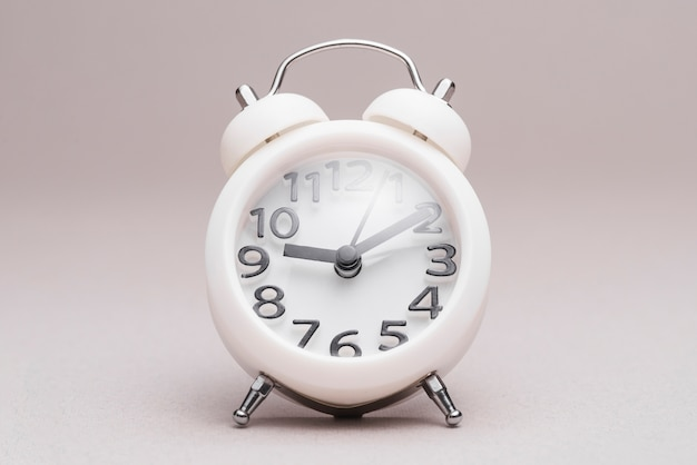 Despertador denominado retro no fundo liso Foto gratuita
