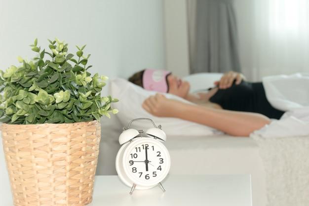 Despertador, despertador na cama, tempo de sono Foto Premium